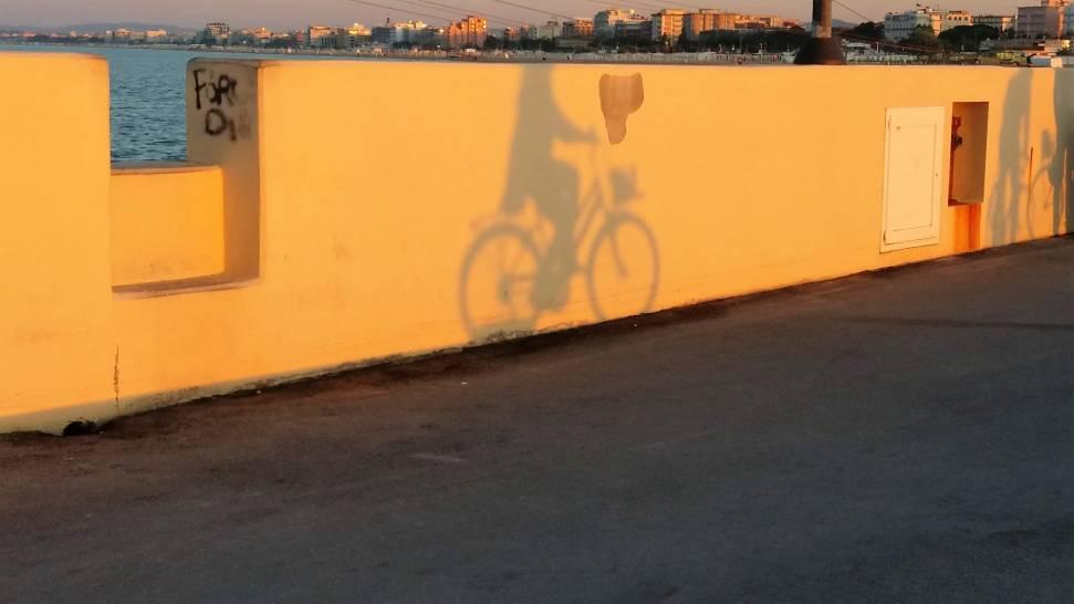 pedalando al tramonto..