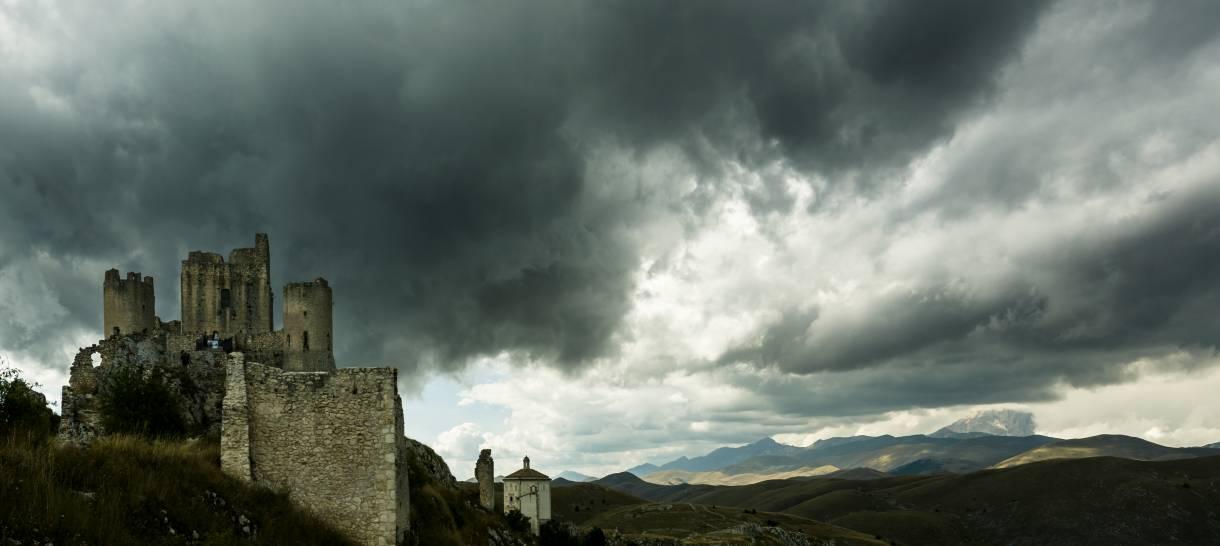 Il castello di Rocca Calascio e la chiesa di Santa Maria della Pietà