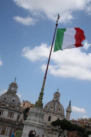 Tricolore sul cielo di Roma