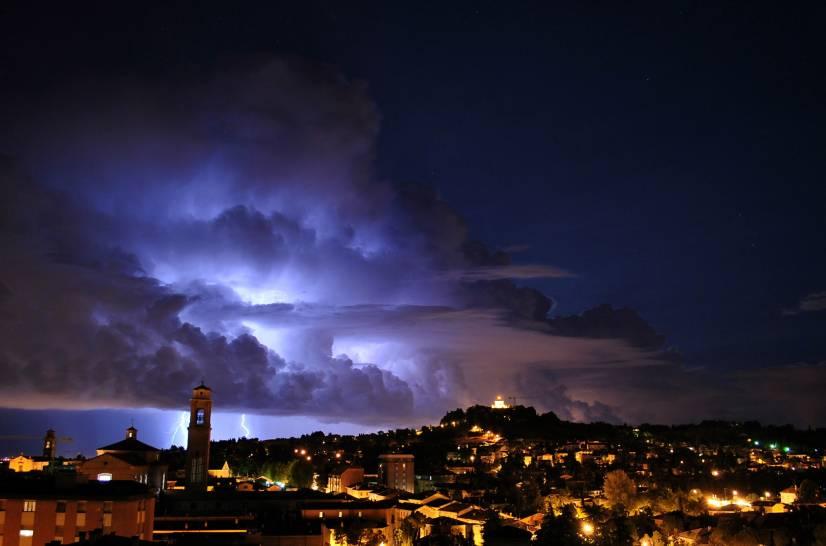 Fulmini in arrivo su Cesena, potenza ed incanto