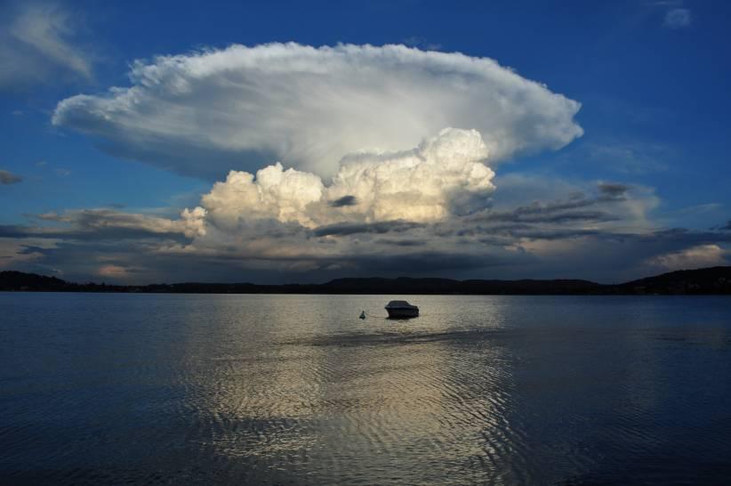 Spettacolo sorprendente sopra il Lago Maggiore visto da Lesa