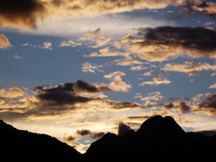 Montagne e nuvole nel tramonto Ovarese