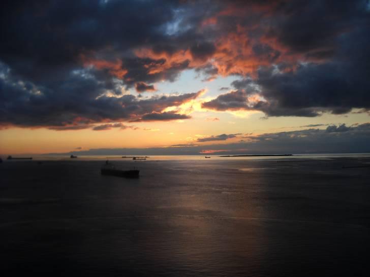 Lampi di sole sul mare di Taranto