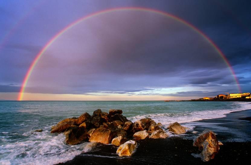 Marina di Cecina, arcobaleno all'alba