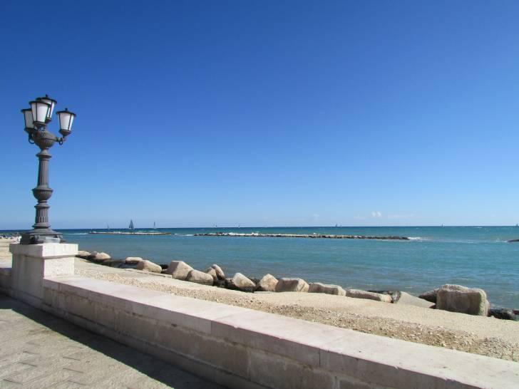 Il blu del cielo e del mare a Bari