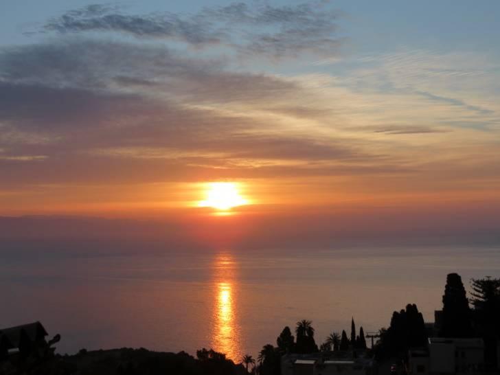 Il sorgere del solo a Taormina (ME)