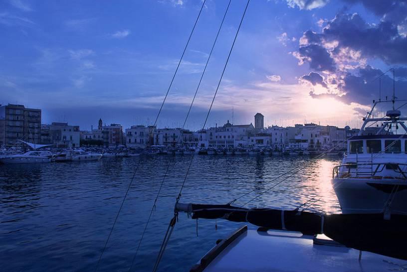 Tramonto sul porto a Mola di Bari