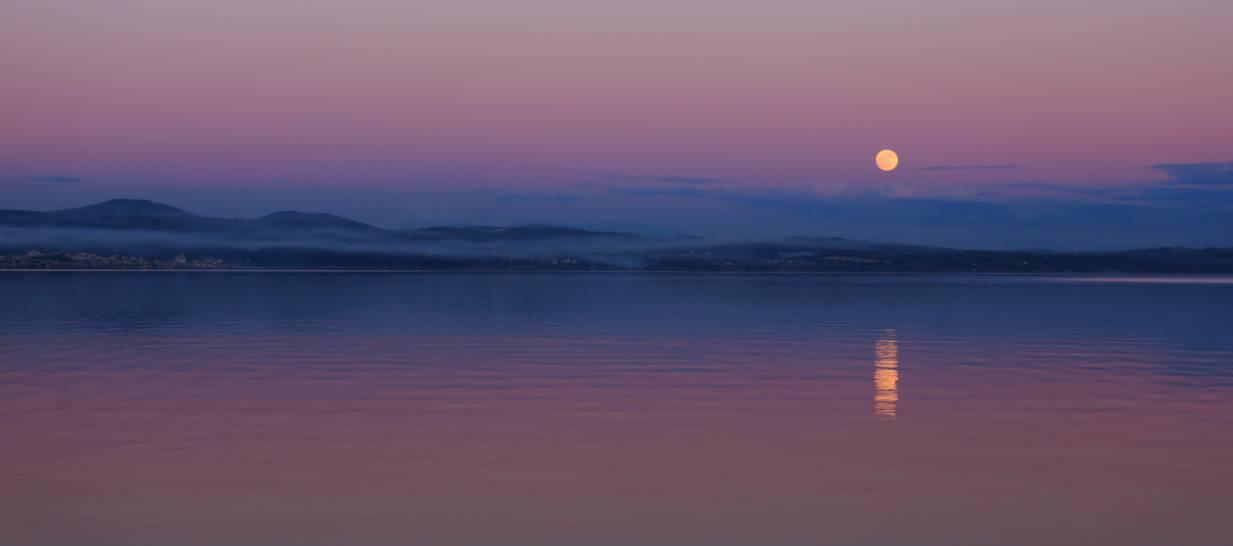 L'ultimo luce del giorno la nuova luce della luna