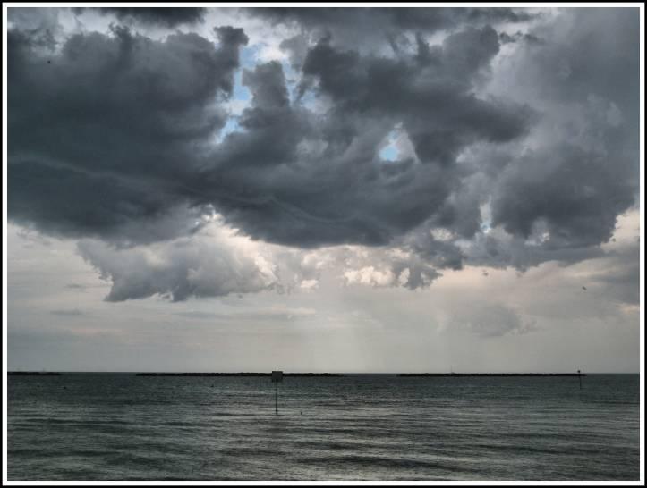 Il cielo sopra il mare