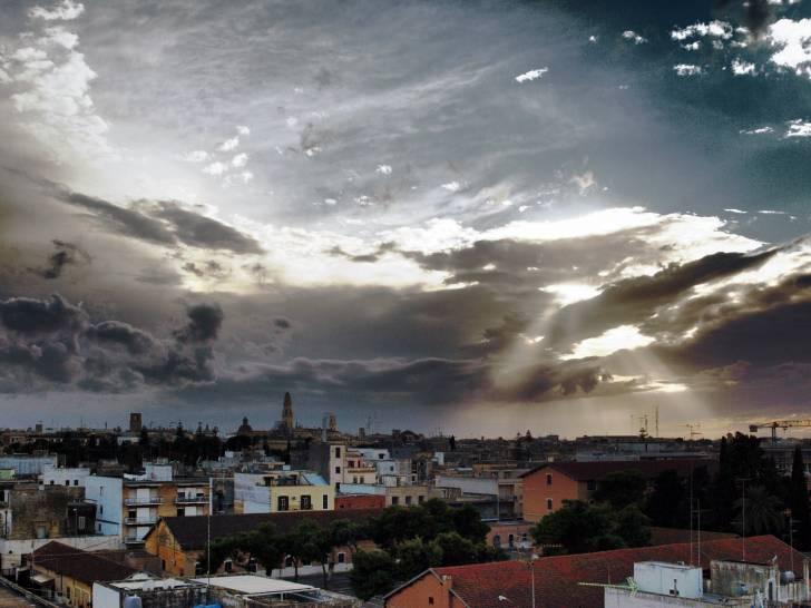 Il sole tra le nuvole nel cielo di Lecce.