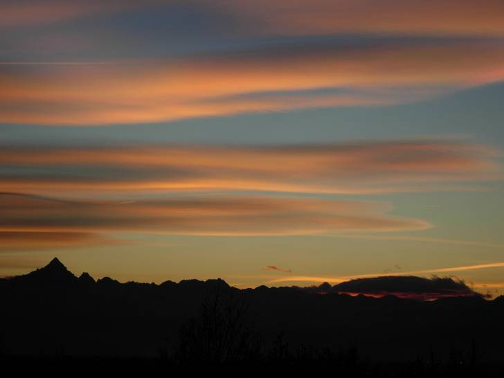 il profilo dei monti col sole al di là