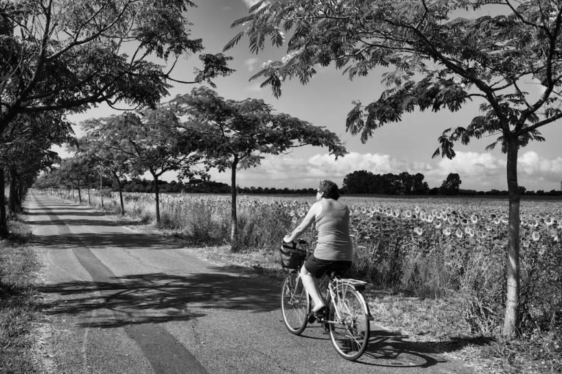 signora in bicicletta
