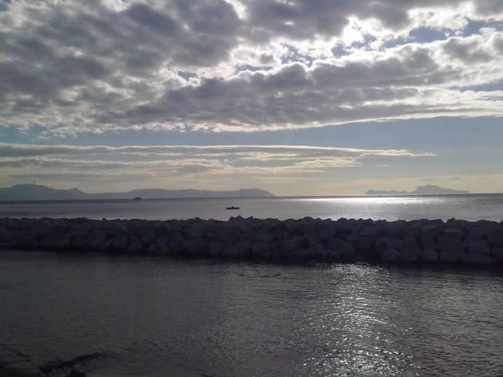 Raggi di luce riflessi sul mare
