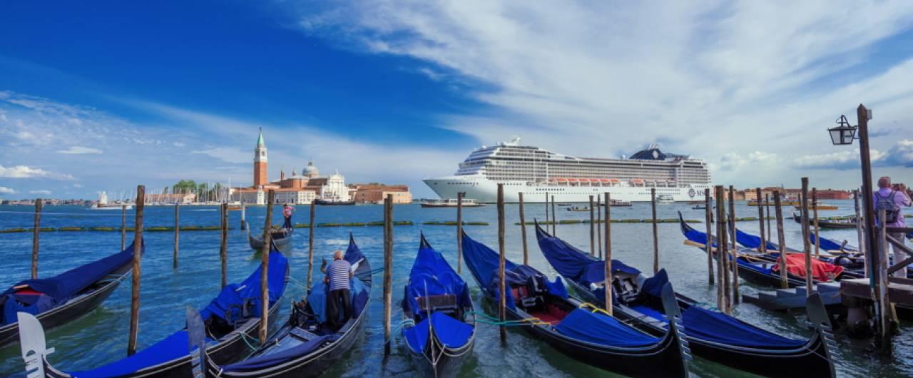 Il Touring Club Italiano si schiera contro le grandi navi in laguna e lancia un allarme sull'overtourism a Venezia