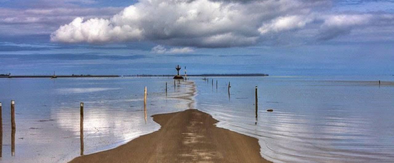 In Francia, la strada che scompare con le maree