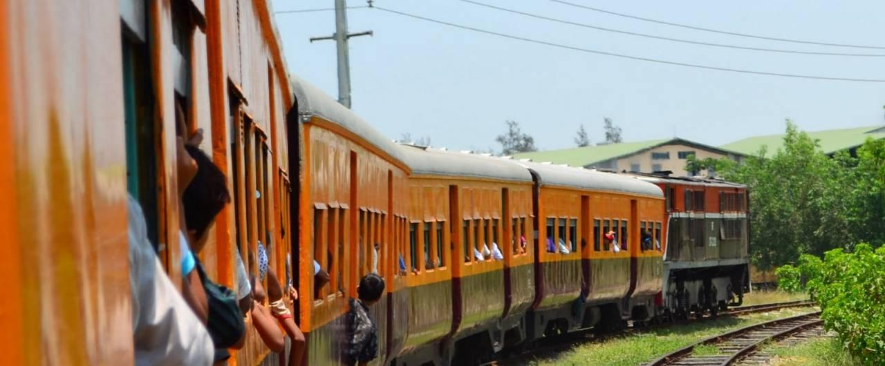 Reportage. La vita in Birmania vista da un treno