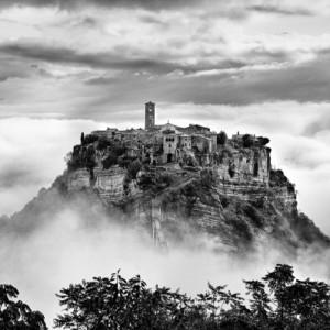 Civita di Bagnoregio, le fotografie di Brian Stanton ritraggono l'anima fragile del borgo della Tuscia