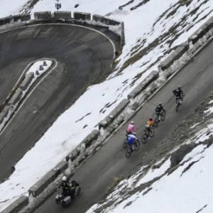 Il Giro del Touring 2020. Una leggendaria tappa 18 tra i tornanti innevati dello Stelvio
