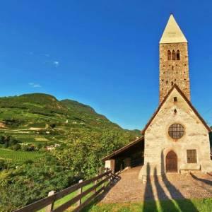 Bolzano, le due piccole, grandi chiese aperte dai Volontari Touring