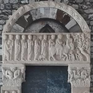 La storia del meraviglioso portale del Biduino a Massa, opera d'arte romanica al centro di un progetto di recupero Touring