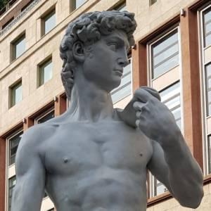 Che cosa ci fa il David di Michelangelo in piazza San Babila a Milano?