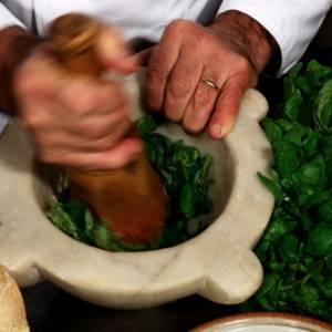 Un piatto di pasta al pesto per sostenere Genova e la Liguria