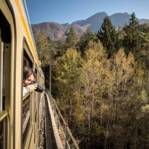 Sul treno del foliage della Val Vigezzina tutti i colori dell'autunno