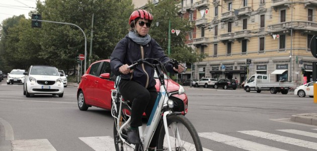 Bici elettrica o motorino? La sfida delle due ruote in città