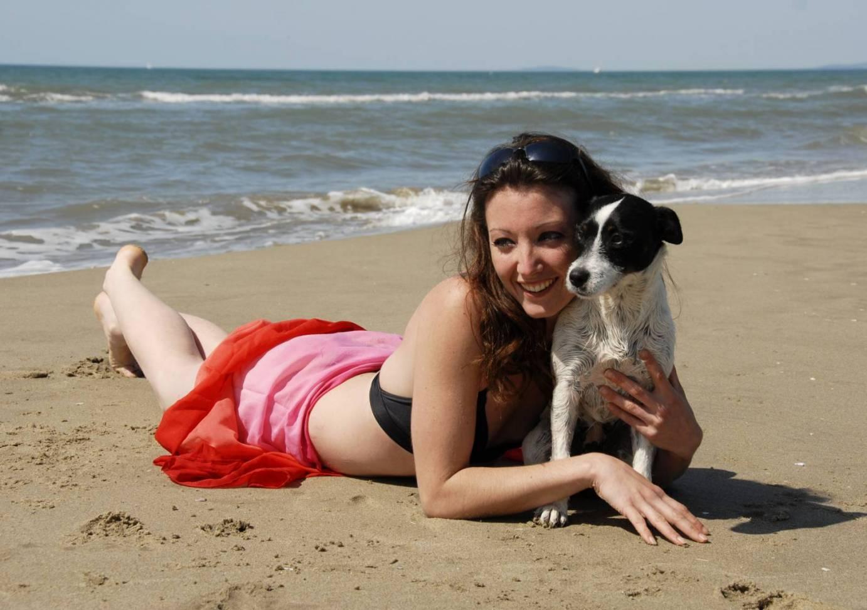Risultati immagini per cane e gatto in spiaggia