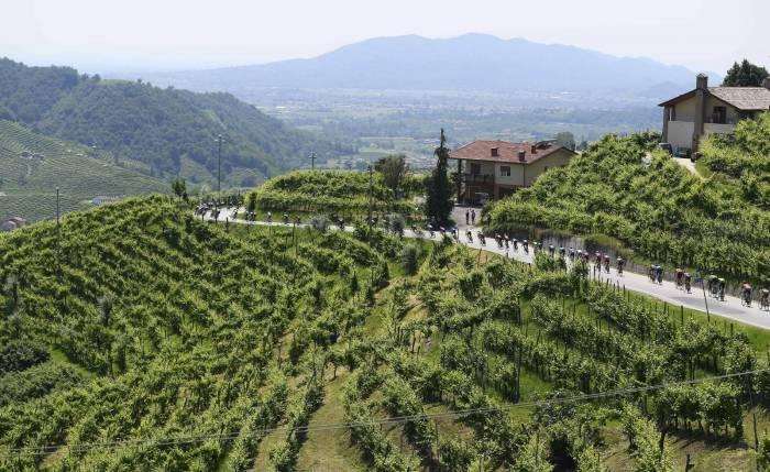 Giro, a Piancavallo vince Landa Maglia rosa a Quintana
