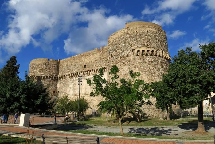 Intorno a Reggio Calabria: antiche civiltà, paesaggi mediterranei, sguardi accoglienti