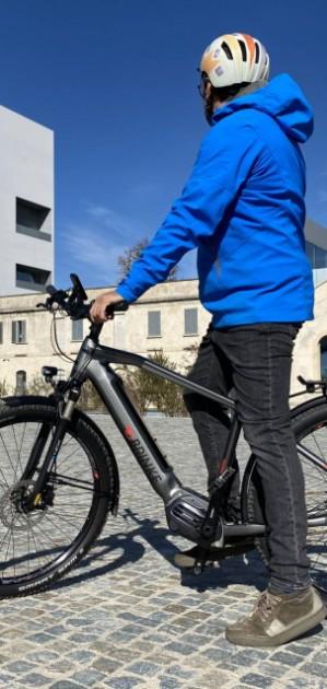 A Milano in sella a una bici elettrica: la mobilità del futuro?